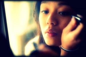 girl-doing-makeup-in-mirror2